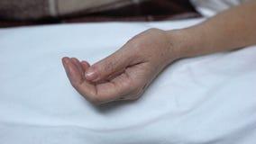 Dotter som sätter pillret in i handen av den sjuka modern som som ligger i säng, själv-behandling stock video