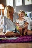 Dotter som sitter i mammas varv royaltyfria bilder