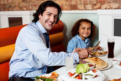 Dotter som tycker om mål med hans fader royaltyfria foton