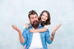 Dotterfrisören tycker om faderskap lyckligt ?gonblick Lyfta flickan Skapa den roliga frisyren Barn som gör frisyren royaltyfria bilder