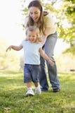 dottermoder som leker utomhus Royaltyfria Bilder