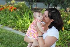 dottermoder tillsammans fotografering för bildbyråer