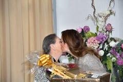 Dottern ger blommor till hennes moder till de internationella kvinnornas dag arkivfoto