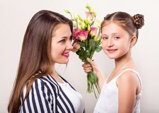 Dottern ger blommor till hennes moder på hennes dag för moder` s royaltyfri fotografi
