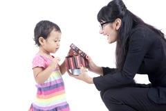 dottern ger henne den aktuella mumen till att fungera Royaltyfri Foto