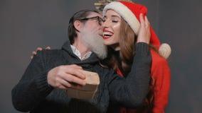Dottern ger julgåvan för att avla lager videofilmer