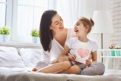 Dottern gratulerar mamman Fotografering för Bildbyråer