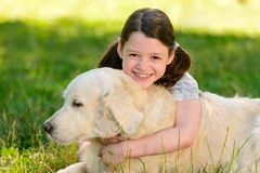 Dottern kramar en hund royaltyfria bilder