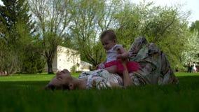 Dottern ligger med hennes moder på hennes mage arkivfilmer