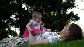 Dottern ligger med hennes moder på hennes mage lager videofilmer