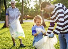 Dottern och fadern som avskiljer avfall för, återanvänder arkivfoto