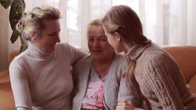 Dottern och sondottern kysser deras farmor lycklig begreppsfamilj stock video