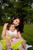 dottern omfamnar mumen Royaltyfria Foton