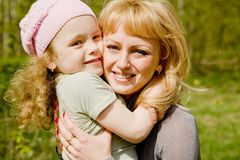 dottern omfamnar mumen Royaltyfri Fotografi