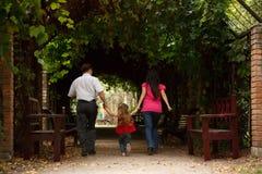 dottern skriver in murgrönaföräldertunnelen royaltyfri foto
