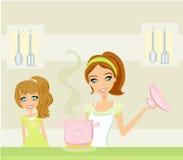 Dottern som ser henne, fostrar matlagning Royaltyfria Bilder