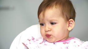Dottern tar skeden från mamma Mamman matar ett småbarn med en sked av grönsaker för lunch