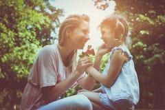 Dottern valde en blomma till hans moder arkivbilder