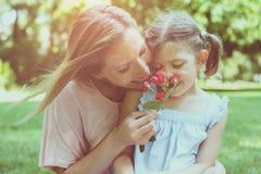 Dottern valde en blomma till hans moder royaltyfria foton