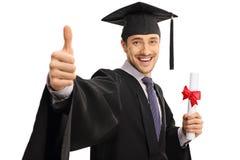 Dottorando felice che dà pollice su e che tiene diploma Immagine Stock Libera da Diritti
