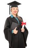 Dottorando femminile che tiene un diploma Immagine Stock