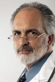 Dottore With Glasses e cappotto del laboratorio Immagini Stock
