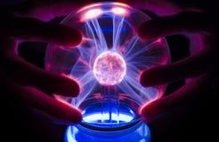 Dotykać osocze lampę z dwa rękami zdjęcia royalty free