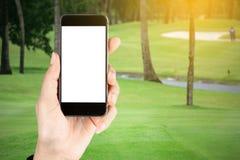 Dotyka ekran w ręce, pastylka na kiju golfowym - miękki plamy tło fotografia stock