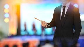 Dotyka ekran w ręka biznesmenie w pokoju konferencyjnym związek fotografia royalty free