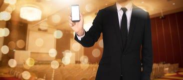 Dotyka ekran w ręka biznesmenie w seminaryjnym pokoju - Connectio zdjęcie royalty free