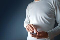 Dotyka ekranu mobilny mądrze telefon w męskich rękach Zdjęcie Stock