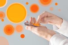 Dotyka ekranu mobilny mądrze telefon w męskich rękach Zdjęcia Royalty Free