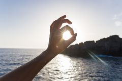 Dotyka wszystko jest dobrze na morzu ocena zatwierdzenie ręka gesty, słońce w rękach zdjęcia royalty free
