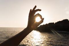 Dotyka wszystko jest dobrze na morzu ocena zatwierdzenie ręka gesty, słońce w rękach obraz stock