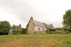 Douarnenez tidigare fisherman& x27; s-hus på platsen av Plomarc& x27; H & x28; Brittany Finistere, France& x29; Arkivfoto