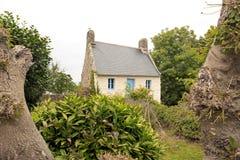 Douarnenez tidigare fisherman& x27; s-hus på platsen av Plomarc& x27; H & x28; Brittany Finistere, France& x29; Arkivbild