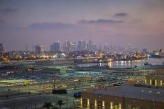 Doubai - de horizon van de stad in stock afbeeldingen