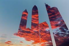 Doubai - de Illustratie en pohtomontering van wolkenkrabbers en avond cloudscape Stock Foto
