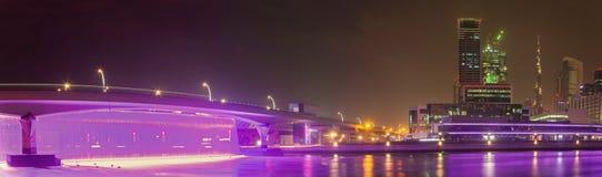 Doubai - de nightly horizon over het Kanaal en Van de binnenstad met de waterval op de brug Royalty-vrije Stock Fotografie