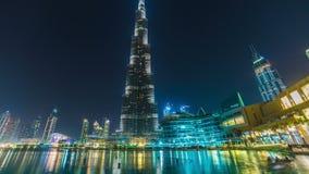 Doubai de stad in en Burj Khalifa timelapse dichtbij meer met muzikale fontein stock videobeelden