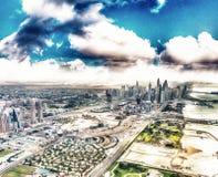 Doubai de stad in van de lucht Oceaan, huizen en wolkenkrabbers bij zon Royalty-vrije Stock Fotografie