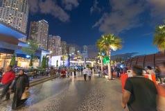 DOUBAI, DE V.A.E - 10 DECEMBER, 2016: De Jachthavenpromenade van Doubai bij zonsondergang Stock Fotografie