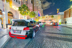 DOUBAI, DE V.A.E - 10 DECEMBER, 2016: Luxeauto met Emiraten wordt geschilderd die Royalty-vrije Stock Afbeeldingen