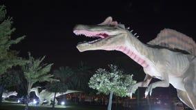 Doubai, de V.A.E - 13 Januari, 2018: de angstaanjagende dinosaurus van cijfer roofzuchtige Spinosaurus stock videobeelden