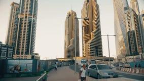 Doubai, de V.A.E - 18 Januari, 2018: Arabische familie en toeristenmensen die in woonwijk met moderne zaken lopen stock footage