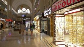 Doubai, de V.A.E - 18 Januari, 2018: de Aziatische toeristen die door juwelen lopen winkelen in Gouden Markt in de stad de V.A.E  stock video