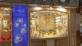 Doubai, de V.A.E - 18 Januari, 2018: juwelenshowcase in Gouden Markt in de stad de V.A.E van Doubai De Arabische mens die naar go stock footage