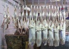 Doubai, de V.A.E - 16 Juli, 2016: Slagers hangend vlees aan venster royalty-vrije stock foto's
