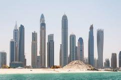 DOUBAI, DE V.A.E - 5,2017 MEI: Bouw en bouwmachines voor de Jachthaven van Doubai in een de lentedag, Verenigde Arabier Stock Afbeeldingen