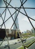 Doubai, de V.A.E - 15 Mei, 2018: Weergeven van Burj Khalifa door het de Wandelgalerijvenster van Doubai stock afbeeldingen